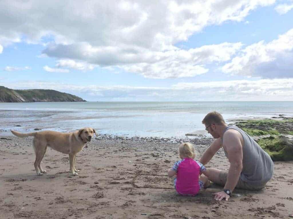 Family sitting on Mansands Beach